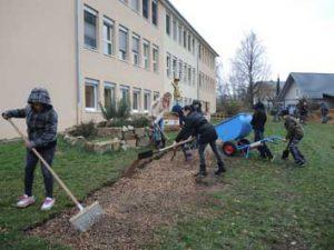 Wegebau im Schulgarten - Gartenpaedagogik